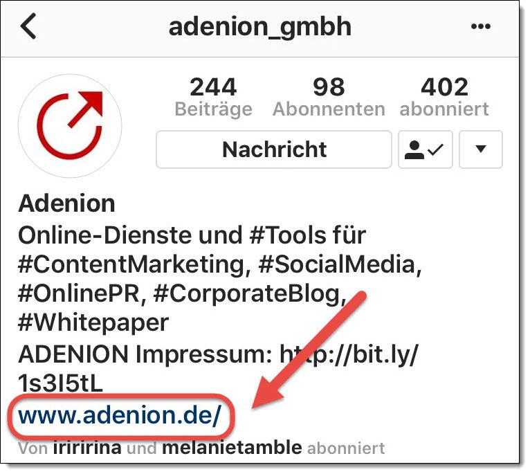 Im Instagram-Profil befindet sich ein klickbarer, gut sichtbarer Link, während Links in Posts nicht klickbar sind.